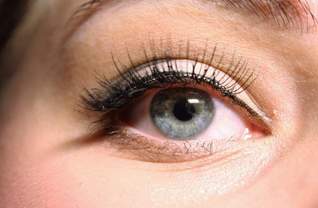 Jak nakładać eyeliner na oczy zgodnie z poradą wizażysty