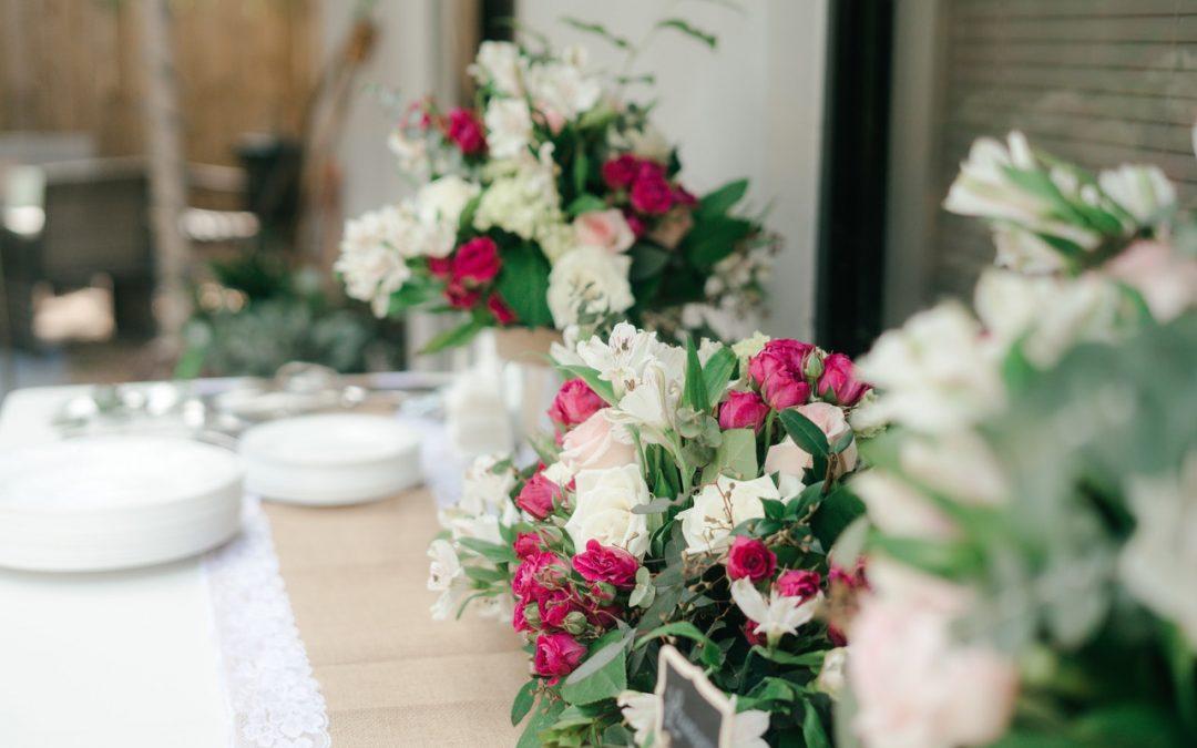 Jak subtelnie oznaczyć miejsca przy weselnym stole? Jest na to sposób – winietki ślubne!