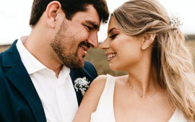 Letnie wesele w plenerze? Pomyśl o męskich chinosach w kratę!